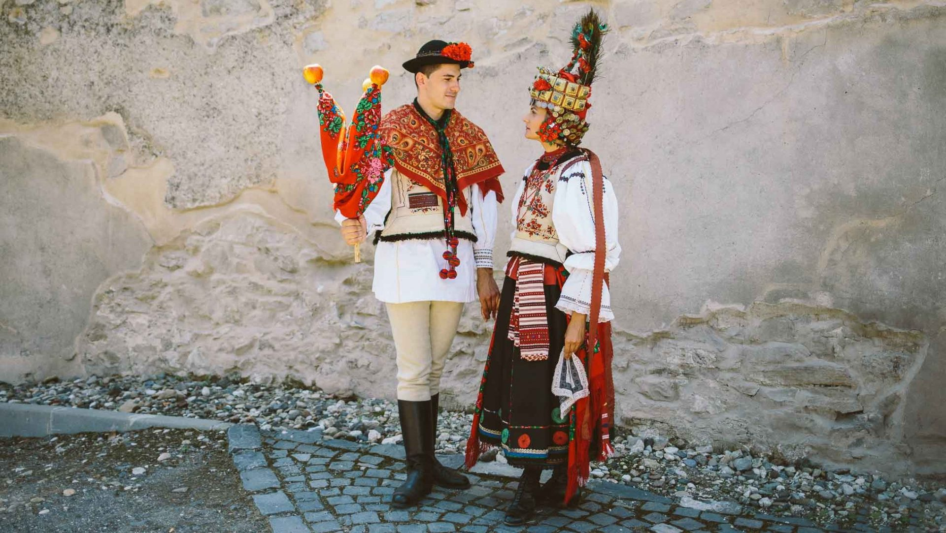 Petreceri ce vor respecta obiceiurile românești, de la bucate alese cu multă migală la decor și straie populare, totul reprezentând o frântură din tradițiile zonei alese de voi.