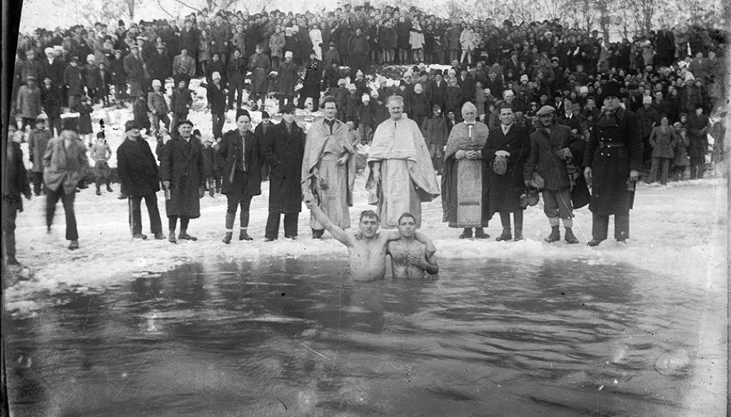 Credinciosii recupereaza crucea de Boboteaza
